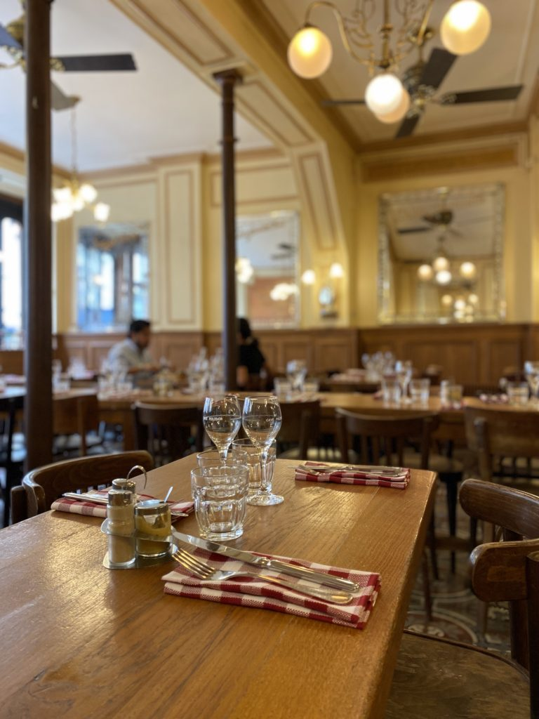 Détail d'une table au Polidor, restaurant pas cher Paris